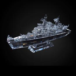 макет боевого корабля из хрусталя