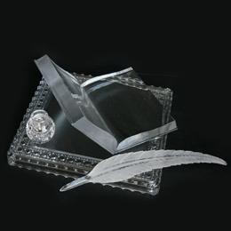 Творческая награда писателю Хрустальная книга на подиуме с чернильницей и пером
