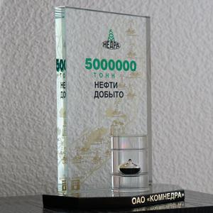 подарок нефтяникам из оптического стекла природного камня и акрила с капсулой сырой нефти предоставленной Заказчиком